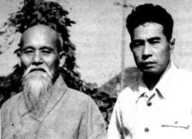 MInoru Mochizuki au côté de Ueshiba Senseï