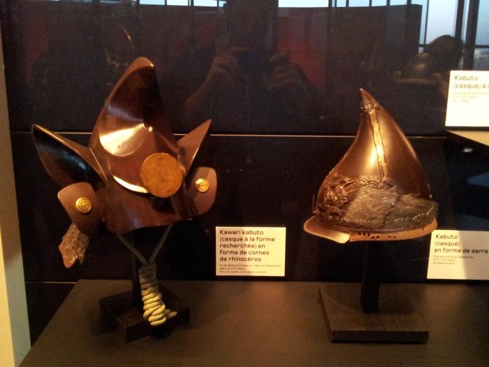 A gauche, Kawari Kabuto en forme de cornes de Rhinocéros