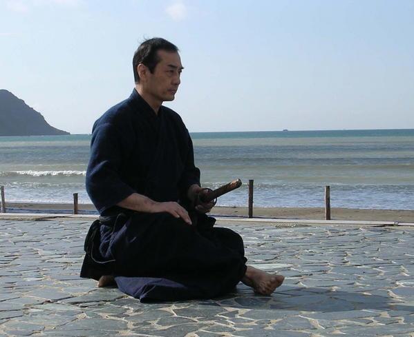 tetsuzan-kuroda-pratiquant-le-iaijutsu-1