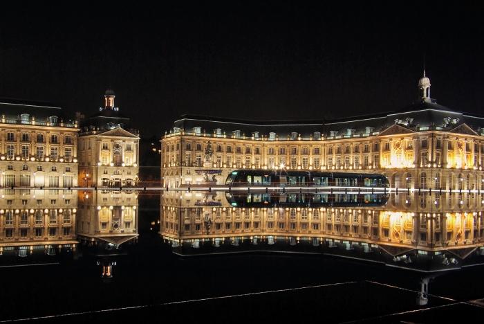 Bordeaux_place_de_la_bourse_with_tram