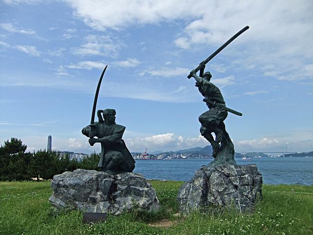 Statut représentant le combat entre Miyamoto Musashi et Kojiro Sasaki