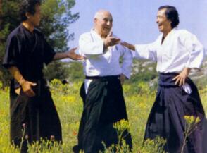 Moment de partage entre Mochizuki Senseï, André Nocquet et Tamura Senseï