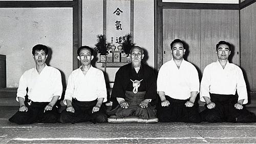 De gauche à droite: Noro Masamichi Senseï, Ueshiba Kisshomaru Senseï, Ueshiba Morihei Senseï, Tohei Koichi Senseï, Tada Hiroshi Senseï