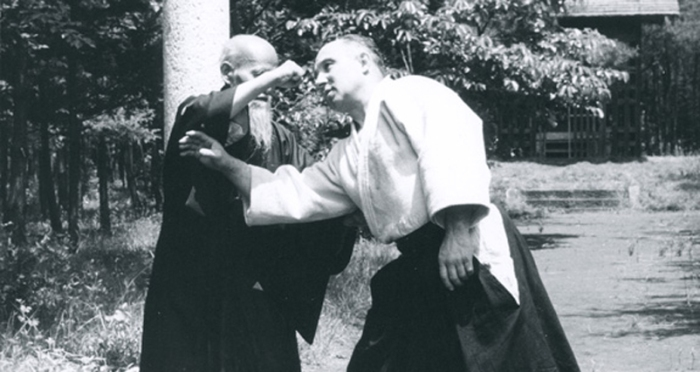 Ueshiba Senseï appliquant un Atemi, avec André Nocquet